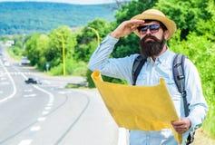 Navigering för gammal skola Översikt för fotvandrarebrukspapper för navigering Orientera den topographic översikten Turist- man s Royaltyfri Fotografi