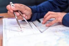Navigering i diagramrummet på en seglingyacht Arkivfoton