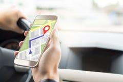 Navigering med mobilen app i smartphone Arkivbilder