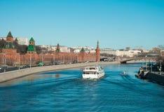 Navigering på Moskvafloden Royaltyfria Bilder