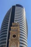 Navighi la torre con la vecchia cattedrale, in città, baia di Haifa Immagini Stock Libere da Diritti