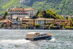 Navighi sul viaggio italiano della barca dei laghi all'isola di San Giulio nel Orta Fotografia Stock