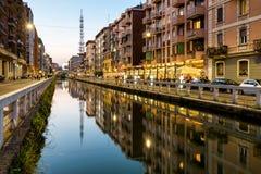 Naviglio重创的运河在晚上,米兰,意大利 免版税库存图片
