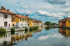 Naviglio重创的运河水路在加贾诺附近通过意大利历史和五颜六色的大厦  免版税库存图片