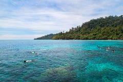 Naviguant au schnorchel chez Koh Rok, mer d'Andaman, THAÏLANDE Image libre de droits