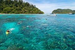 Naviguant au schnorchel chez Koh Rok, mer d'Andaman, THAÏLANDE Photo stock
