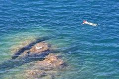 Naviguant au schnorchel en mer de Tyrrenian près de Talamone, l'Italie Image libre de droits