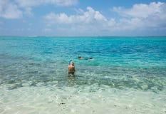 Naviguant au schnorchel la mer : Île de mystère Image libre de droits