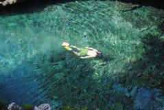 Naviguant au schnorchel outre de la côte d'Alonissos, îles grecques Images libres de droits