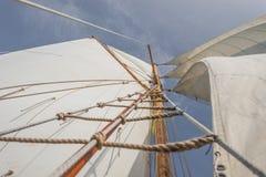 Naviguant sur le vieux bateau vers des aventures, heure d'été Image stock