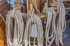 Naviguant sur le vieux bateau vers des aventures, heure d'été Images libres de droits