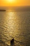 Naviguant vers le coucher du soleil flou, Santorini, Grèce Photographie stock libre de droits