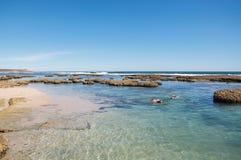 Naviguer au schnorchel à la plage bleue de trous Photographie stock libre de droits