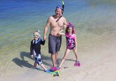 Naviguer au schnorchel allant de famille à la plage des vacances Photo stock