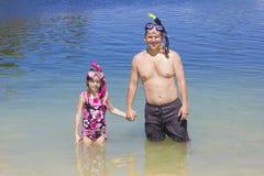 Naviguer au schnorchel allant de famille à la plage des vacances Images libres de droits