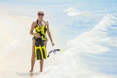 Naviguer au schnorchel allant de femme tandis que des vacances tropicales Image libre de droits
