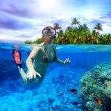Naviguer au schnorchel dans l'eau tropicale Image libre de droits