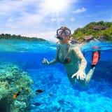 Naviguer au schnorchel dans l'eau tropicale Photo libre de droits