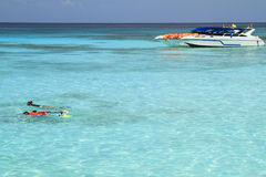 Naviguer au schnorchel dans la couleur d'émeraude d'eau de mer Photographie stock libre de droits