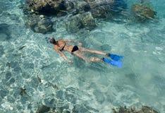 Naviguer au schnorchel dans une lagune tropicale - Bora Bora Photos stock