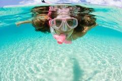 Naviguer au schnorchel de femme tropical photos libres de droits