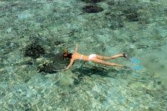 Naviguer au schnorchel en Maldives image stock