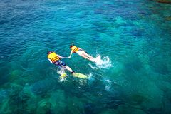 Naviguer au schnorchel en mer bleue Amant, amour Photos libres de droits