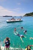 Naviguer au schnorchel à la plage de corail Photographie stock