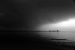 Naviguez dans des cieux de tempête en mer images libres de droits