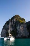 Naviguez sur le sead avec une roche de granit Photo stock