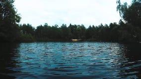 Naviguez un bateau sur l'eau calme banque de vidéos