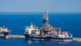 Navio à estada da perfuração de petróleo e gás no porto foto de stock