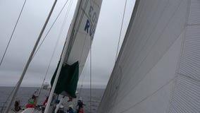 Navio à vela no mar de Okhotsk vídeos de arquivo