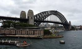 Navio alto com a bandeira aborígene que navega para fora no dia de Austrália Fotografia de Stock Royalty Free