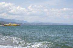 Navio amarelo no oceano Fotografia de Stock Royalty Free