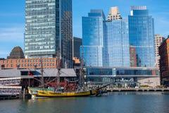 Navio amarelo pelo distrito financeiro em Boston foto de stock