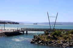 Navio ancorado fora de Wellington da margem Wellington Fotos de Stock