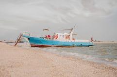 Navio azul do turista no cais na ilha da trança de Yeisk imagens de stock royalty free