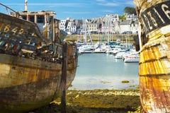 Navio azul velho da destruição no litoral Foto de Stock