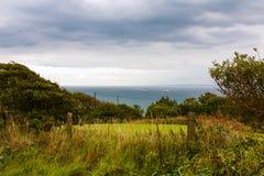 Navio bonito do beira-mar da paisagem no fundo, os penhascos de St Margaret Foto de Stock