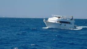 Navio branco do motor do prazer no Mar Vermelho tormentoso 4k vídeos de arquivo
