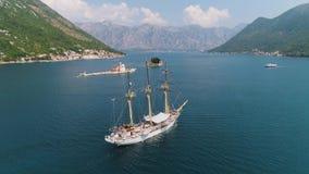 Navio branco do sailng com o mastro três corrente no mar de adriático em Montenegro filme