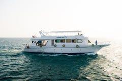 Navio branco do turista que flutua no mar azul de Hurghada, Egito Imagem de Stock Royalty Free