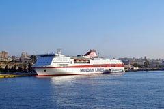 Navio branco no porto de Atenas para explorar o mar e transportar passageiros imagens de stock