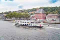 Navio com turistas em um rio Meuse imagens de stock