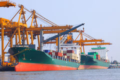 Navio comercial com o recipiente no porto de transporte para o expor da importação fotografia de stock