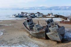 Navio congelado velho no banco da ilha de Olkhon no siberian o Lago Baikal imagem de stock