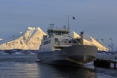 Navio da balsa em Ullsfjord Imagens de Stock Royalty Free