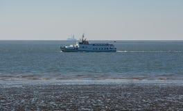 Navio da excursão no Mar do Norte de Schleswig-Holstein imagens de stock royalty free