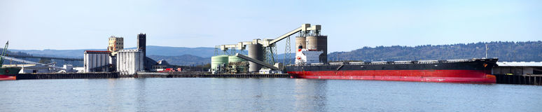 Navio de carga & a porta de Longview WA. Foto de Stock